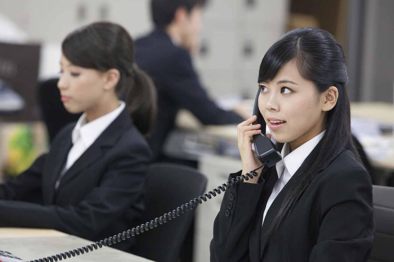 電話応対する社員
